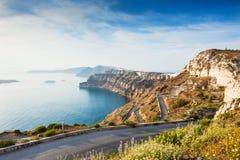 Gebirgsstraße zum Hafen auf Santorini-Insel, Griechenland Stockfotografie