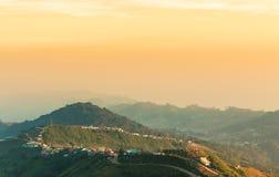 Gebirgsstraße zum Sonnenuntergang an (phu tubberk) in Nationalpark Phu Hin Rong Kla Phetchabun-Provinz Asien Thailand Stockbilder
