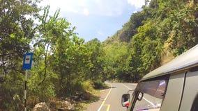 Gebirgsstraßenansicht vom Auto in Ella, Sri Lanka stock video