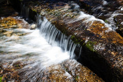 Gebirgsstrom-kleiner Wasser-Fall Yosemite Kalifornien Stockbilder