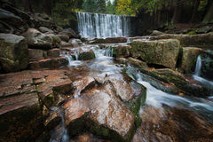 Gebirgsstrom mit Wasserfall Lizenzfreies Stockbild