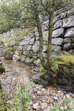 Gebirgsstrom nahe dem Magma-Geo-Park außerhalb Stavangers Norwegen lizenzfreie stockfotografie