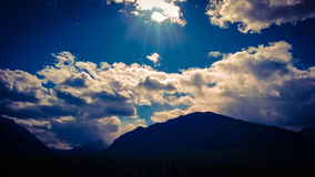 Gebirgssturm, der über Sonnenlicht rollt Stockfotografie