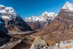 Gebirgstal-Ansicht in Himalaja von Glaciers Seen und Gipfeln lizenzfreies stockfoto