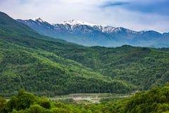 Gebirgstal auf dem Weg zu Krasnaya Polyana von Adler, Sochi Stockbild