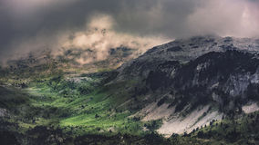 Gebirgstal mit den Regenwolken, die sich oben bilden Lizenzfreie Stockbilder