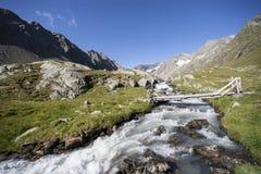 Gebirgstal mit Gebirgsstrom in den österreichischen Alpen Tirol Stockfotografie