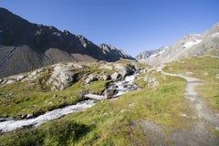 Gebirgstal mit Gebirgsstrom in den österreichischen Alpen Tirol Lizenzfreie Stockfotografie