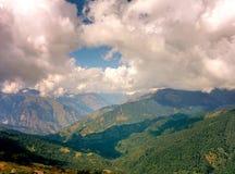 Gebirgstal mit Wolken stockfotos
