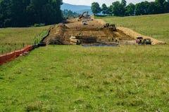 Gebirgstal-Rohrleitung, die ein Farmer's-Ackerland gelegen in Bent Mountain, Virginia, USA durchläuft Lizenzfreies Stockfoto