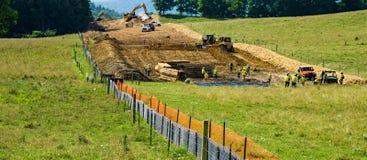 Gebirgstal-Rohrleitung, die Mutterboden von einem Farmer's-Ackerland gelegen in Bent Mountain, Virginia, USA entfernt Stockbilder