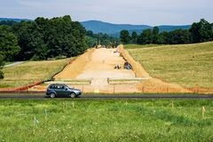 Gebirgstal-Rohrleitung, die Mutterboden von einem Farmer's-Ackerland nahe bei blauen Ridge Parkway, Virginia, USA entfernt Stockfotografie