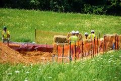 Gebirgstal-Rohrleitungs-arbeitendes Schützen vor Abnutzung mit Hay Bales stockfotografie