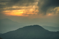 Gebirgstal während des Sonnenuntergangs Stockbild
