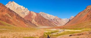 Gebirgstalpanorama in den Anden mit Wanderertrekking, Argentinien, Südamerika Lizenzfreie Stockbilder