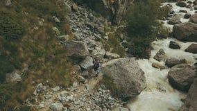 Gebirgstouristisches Gehen auf Gebirgsfelsen Touristischer Mann, der einen Berg klettert stockbild