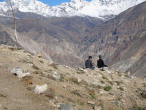 Gebirgswanderer stehen im Himalaja nahe Nako-Dorf, Himachal Pradesh, Indien still Stockfotografie