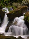 Gebirgswasserfälle Stockfotografie