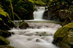 Gebirgswasserfall lizenzfreie stockfotos