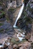 Gebirgswasserfall und -strom Stockfotografie