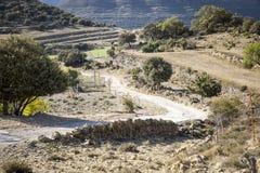 Gebirgsweg in der Landschaft in Olocau Del Rei, CastellÃ-³ n, Spanien lizenzfreies stockfoto