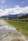 Gebirgsweg in Madesimo-Talsohle am Sommer Lizenzfreie Stockfotos