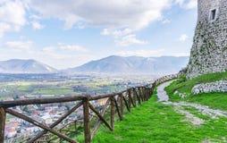 Gebirgsweg mit einem Bretterzaun auf einem Hintergrund des blauen Himmels Der Italiener Apennines stockfotografie