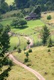 Gebirgsweg und -yard mit Hütte, Karpaten Ukraine lizenzfreie stockfotos