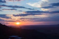 Gebirgswolken- und -sonnenuntergangansicht Lizenzfreie Stockfotografie