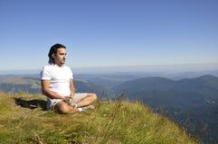 Gebirgsyoga-Meditation stockbild