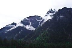 Gebirgszüge in Sikkim bedeckten mit Schnee mit einer Kappe stockfotos