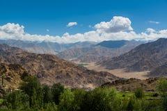 Gebirgszug in Leh Ladakh Unschärfe auf Vordergrund Stockfotos
