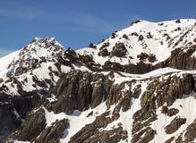 Gebirgszug mit Klippen im Schnee Stockfoto