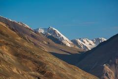 Gebirgszug am Pangong See Licht und Schatten vom runrise Lizenzfreies Stockfoto