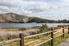 Gebirgszug, See und Zaun in Chula Vista, Kalifornien stockbilder