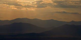 Gebirgszug am Sonnenaufgang Stockbild