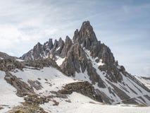 Gebirgszug von Monte Paterno mit Schnee und Wolken - Tre Cime di Lavaredo Dolomites Italy stockbilder