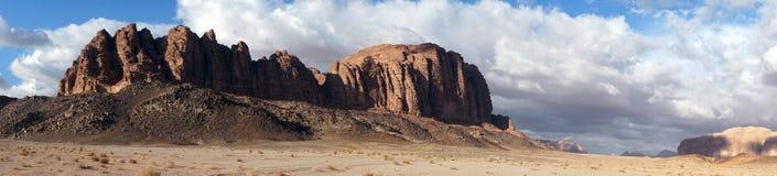Gebirgszug in Wadi Rum stockbild