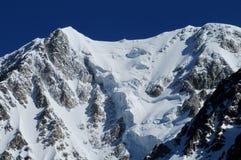 Gebirgszuglandschaft mit Schnee und hohen Spitzen Stockbild