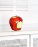 Gebissener Apfel im Kühlschrank Lizenzfreies Stockbild