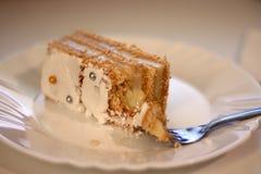 Gebissener Kuchen auf Platte Lizenzfreie Stockfotografie