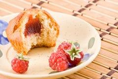 Gebissener Kuchen mit Himbeeremarmelade. Lizenzfreie Stockfotos