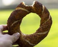 Gebissenes simit Türkische Bagel mit indischem Sesam Traditioneller Imbiß stockbild