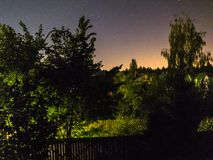 Gebladerte tegen de hemel Het landschap van het nachtdorp royalty-vrije stock foto's
