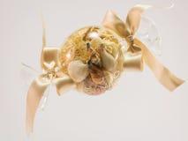 Geblasene Glaskugel füllte mit Muschel im weißen backgrou stockfotografie