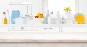 Gebleichter Holztisch vor unscharfem sonnigem Küchenfenster lizenzfreie stockbilder