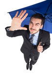 Geblendeter Geschäftsmann, der seine Augen mit seiner Hand schützt Lizenzfreie Stockbilder