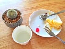 Gebliebener Kuchen auf weißer Platte am Café Lizenzfreies Stockbild
