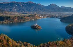 Geblutet, Slowenien - Vogelperspektive der Kirche der Annahme von Maria auf See blutete und blutete Schloss lizenzfreie stockfotografie