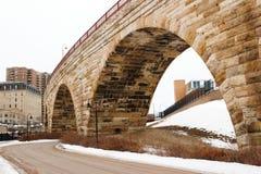 Gebogen Baksteenboog en Ijzerbrug met weg stock fotografie